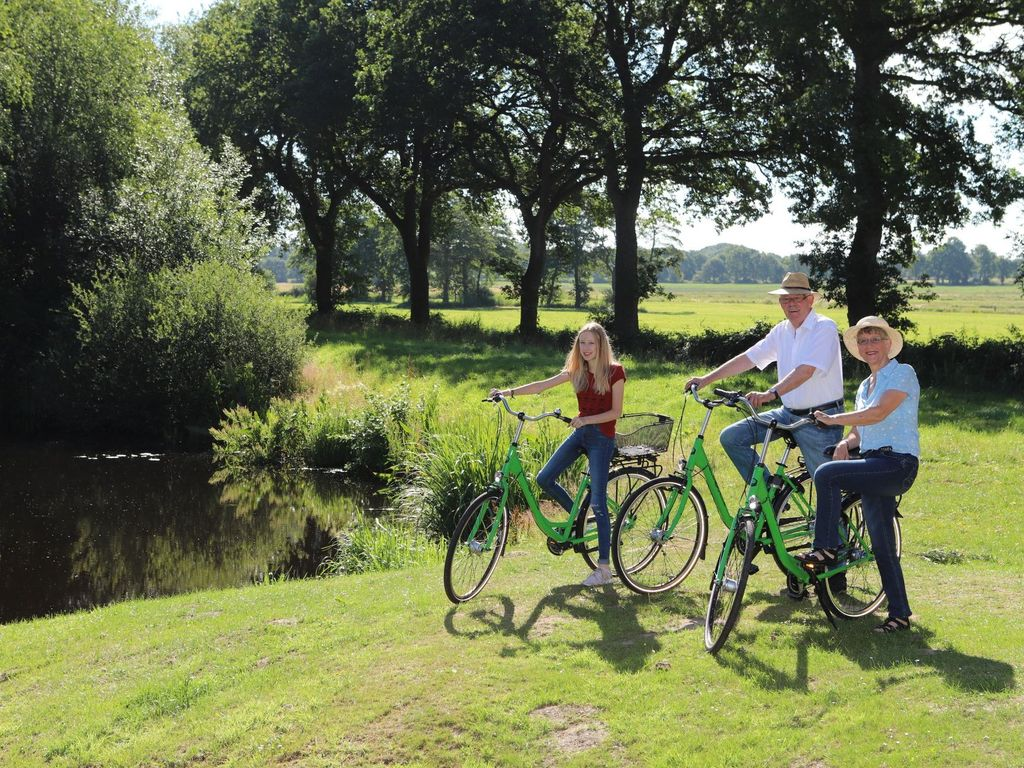 Radtour durch Friedeburg Großeltern mit Enkelkind