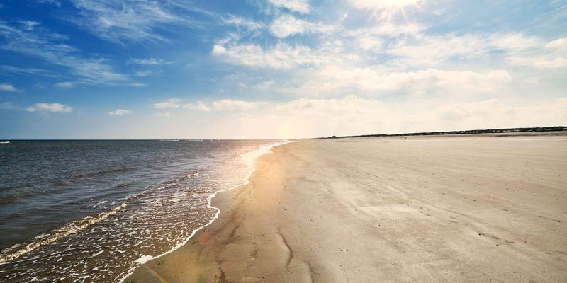 Sonne über dem Strand und Meer auf Langeoog