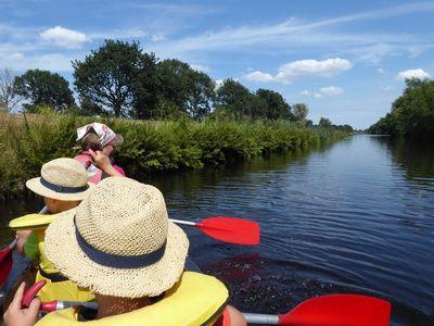 Familie beim Paddeln in Friedeburg auf dem Ems-Jade-Kanal
