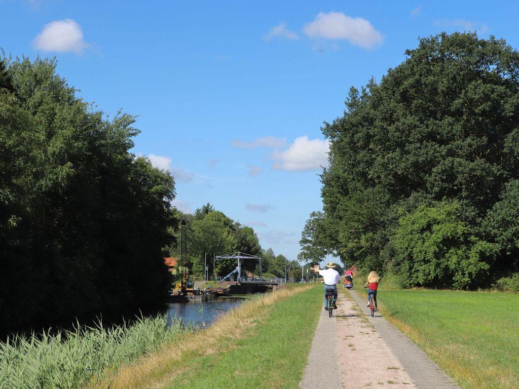 Radfahrer in Friedeburg entlang des Ems-Jade-Kanals