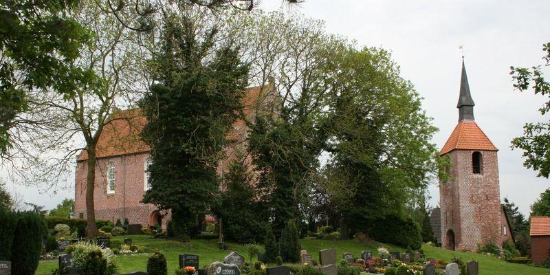 St.-Martinus-Kirche mit Glockenturm in Friedeburg-Etzel
